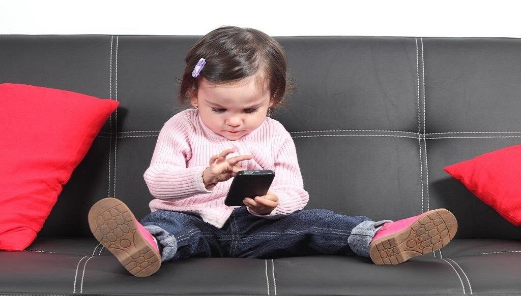 E bine ca smartphone-ul sa fie cel mai bun prieten al copilului?